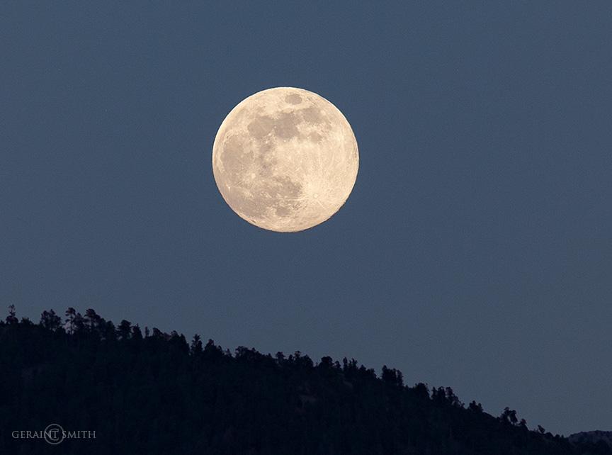 Flower moon rise san cristobal