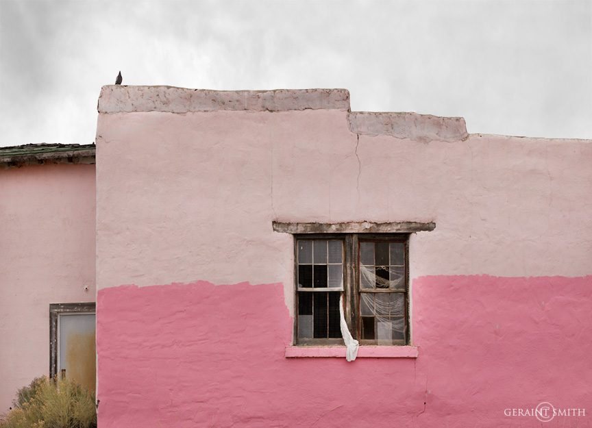 pink_building_broken_window_drape_pigeon_cerro_9404_9405-7046860